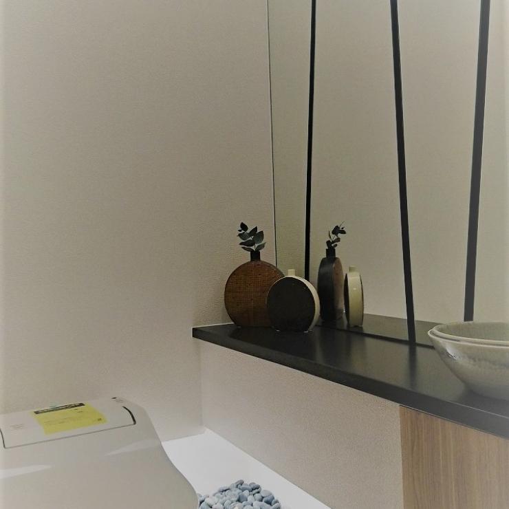 ミラーと間接照明が素敵なトイレ