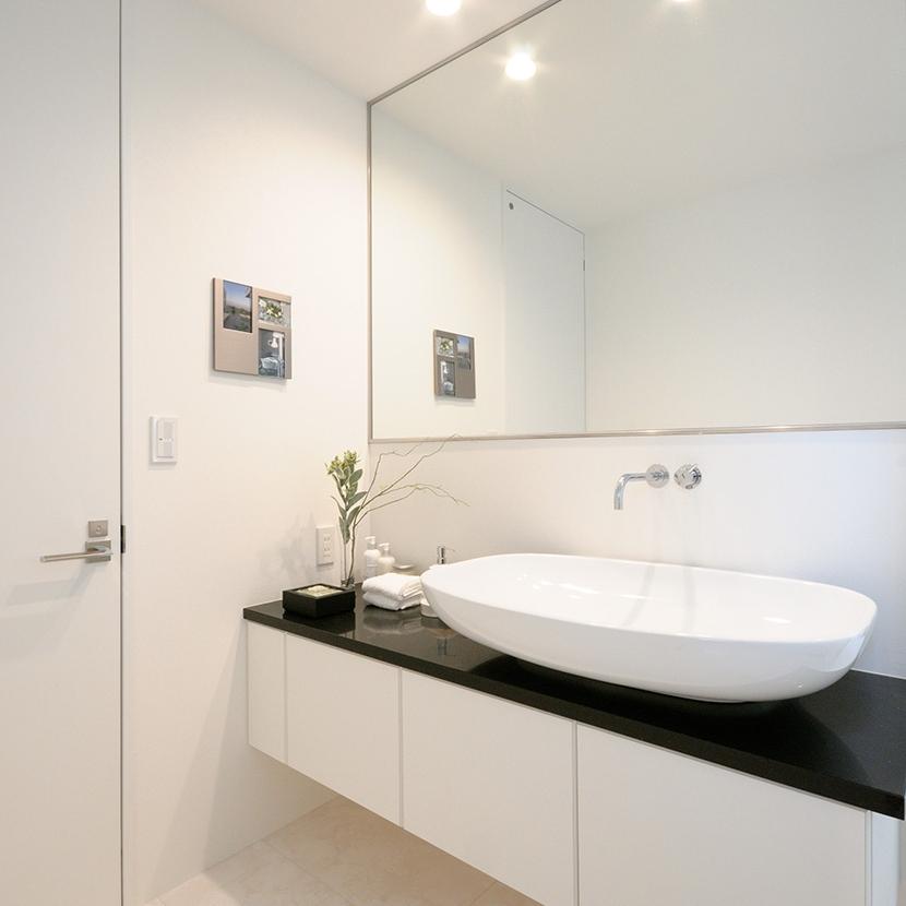 大きな鏡が印象的な洗面室