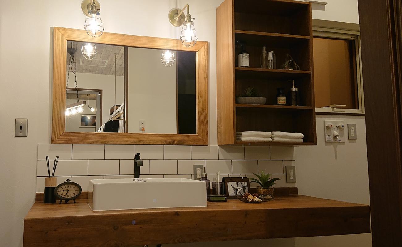 洗面台の鏡は造り付けです