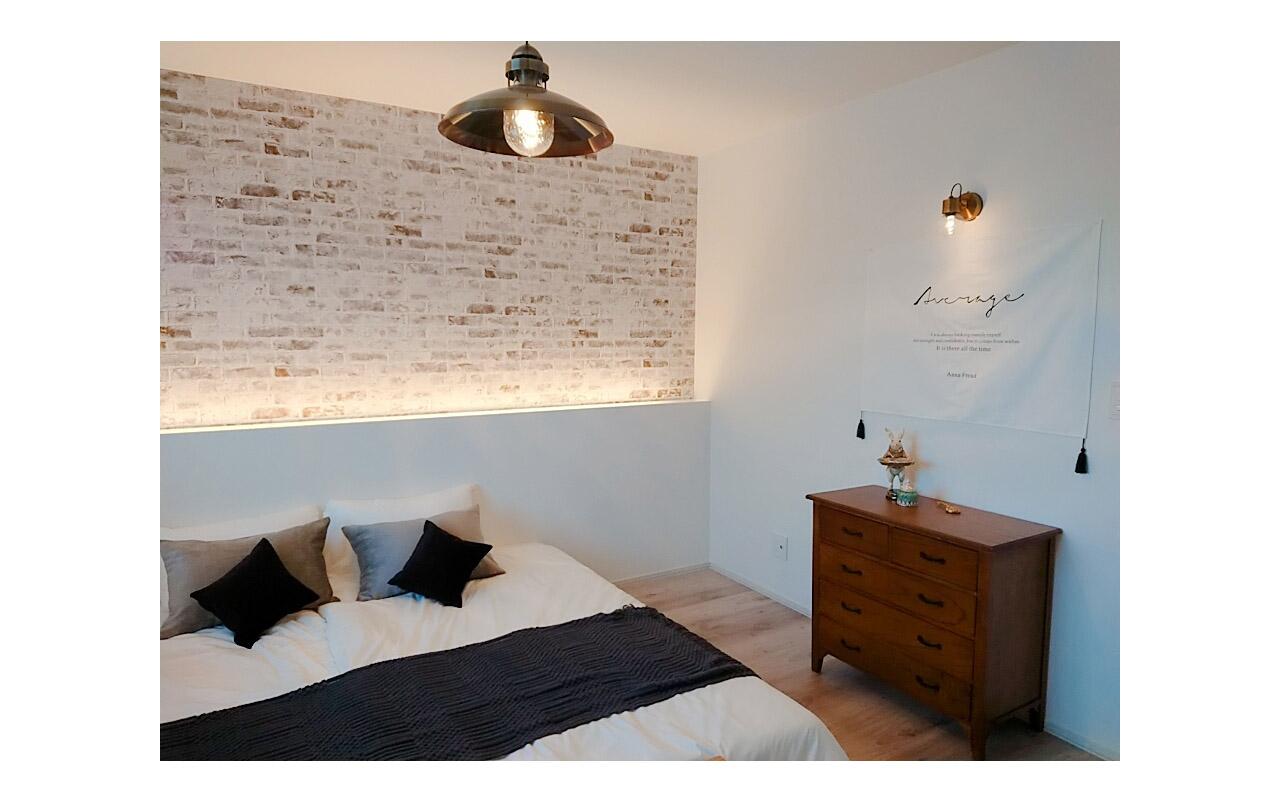 間接照明やペンダント、ブラケットでシックな寝室